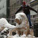 11 Palestinietis pozuoja fotografijai ant apsnigto liūto Ramallah mieste