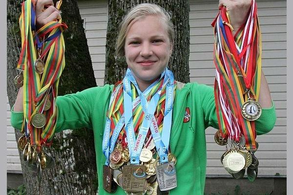 R. Meilutytė su medaliais (c) Lietuvos plaukimo federacijos nuotr.
